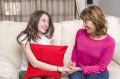 Madre y adolescente en curso de hacer las paces en casa Fotos de archivo