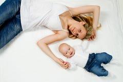 Madre y bebé adolescentes Fotografía de archivo libre de regalías