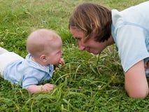 Madre y bebé cara a cara Imagenes de archivo