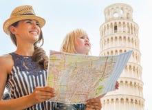 Madre y bebé con el mapa en Pisa Imágenes de archivo libres de regalías