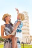 Madre y bebé con el mapa en Pisa Fotografía de archivo libre de regalías