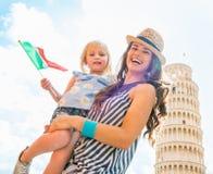 Madre y bebé con la bandera italiana en Pisa Imagen de archivo libre de regalías