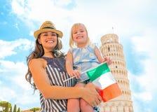 Madre y bebé con la bandera italiana en Pisa Imágenes de archivo libres de regalías