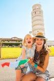 Madre y bebé con la bandera italiana en Pisa Fotos de archivo libres de regalías