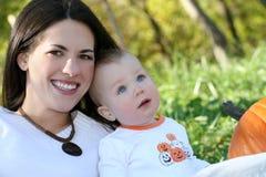Madre y bebé con la calabaza - tema de la caída Foto de archivo libre de regalías