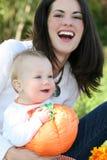 Madre y bebé con la calabaza - tema de la caída Imágenes de archivo libres de regalías
