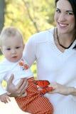 Madre y bebé con la mariposa - tema de la caída Fotografía de archivo libre de regalías