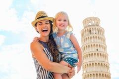 Madre y bebé delante de la torre de Pisa Imagenes de archivo