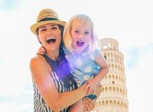 Madre y bebé delante de la torre de Pisa Fotos de archivo