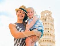 Madre y bebé delante de la torre de Pisa Imágenes de archivo libres de regalías
