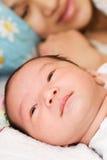 Madre y bebé durmiente Fotografía de archivo libre de regalías