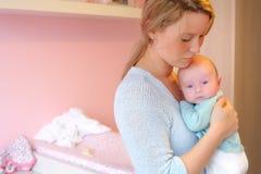Madre y bebé en el babyroom Imagenes de archivo