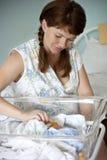 Madre y bebé en el hospital de maternidad Imagen de archivo libre de regalías