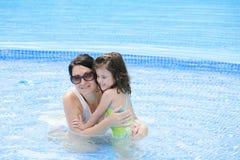 Madre y bebé en la piscina. Imágenes de archivo libres de regalías