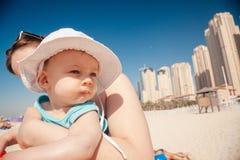Madre y bebé en la playa de JBR Fotografía de archivo libre de regalías