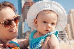Madre y bebé en la playa de JBR Fotos de archivo