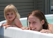 Madre y bebé en piscina. imagen de archivo