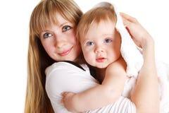 Madre y bebé en toalla Imagenes de archivo