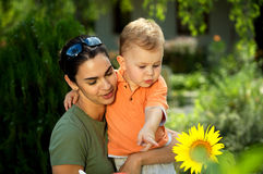 Madre y bebé en verano Imágenes de archivo libres de regalías