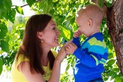 Madre y bebé hermosos al aire libre. Naturaleza Fotos de archivo