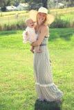 Madre y bebé jovenes felices en país Foto de archivo libre de regalías