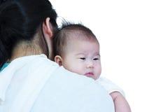 Madre y bebé, muchacha asiática preciosa que descansa sobre su mother& x27; shoul de s Foto de archivo libre de regalías
