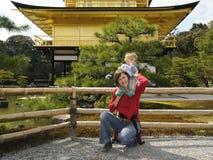 Madre y bebé por el pabellón de oro; Kyoto, Japón Imágenes de archivo libres de regalías