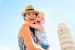 Madre y bebé que abrazan en Pisa Imagen de archivo