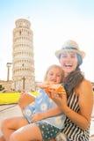 Madre y bebé que comen la pizza en Pisa Imágenes de archivo libres de regalías