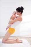 Madre y bebé que hacen ejercicio Fotografía de archivo libre de regalías