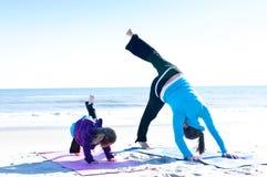 Madre y bebé que hacen yoga Foto de archivo libre de regalías