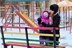 Madre y bebé que juegan afuera en el invierno Imágenes de archivo libres de regalías
