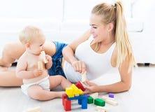 Madre y bebé que juegan con los bloques Imagenes de archivo