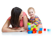 Madre y bebé que juegan junto Foto de archivo