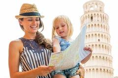 Madre y bebé que usa el mapa en Pisa Imagen de archivo libre de regalías