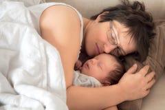Madre y bebé recién nacido dormidos Imágenes de archivo libres de regalías