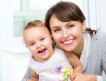 Madre y bebé sonrientes felices imagen de archivo