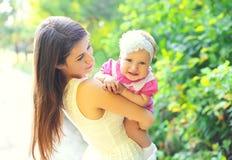 Madre y bebé sonrientes felices del retrato junto en verano Imagen de archivo