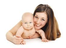 Madre y bebé sonrientes jovenes felices del retrato junto en blanco Imagen de archivo libre de regalías