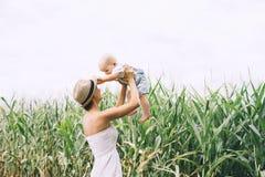 Madre y beb? al aire libre Familia en la naturaleza fotos de archivo libres de regalías