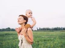 Madre y beb? al aire libre Familia en la naturaleza imágenes de archivo libres de regalías