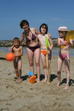 Madre y cabritos en la playa Fotografía de archivo libre de regalías