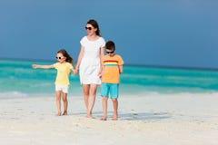 Madre y cabritos en una playa tropical Foto de archivo