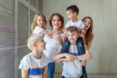 Madre y cinco niños cerca en casa fotos de archivo libres de regalías