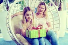 Madre y daughterl con la caja de regalo verde Fotografía de archivo libre de regalías