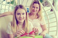 Madre y daughterl con la caja de regalo verde Foto de archivo