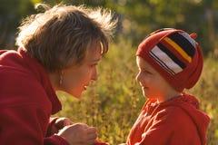 Madre y el niño en caminata Fotografía de archivo libre de regalías
