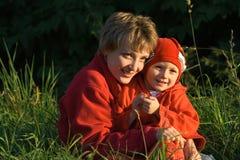Madre y el niño en caminata fotos de archivo