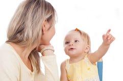 Madre y el pequeño hablar de la hija Foto de archivo libre de regalías