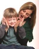 Madre y el pequeño jugar del muchacho Fotos de archivo